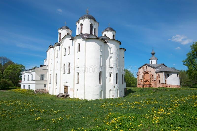 圣尼古拉斯大教堂和教会看法Paraskev星期五在晴朗的5月下午 novgorod veliky的俄国 库存图片