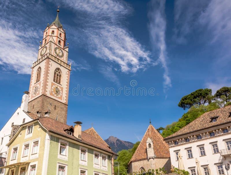 圣尼古拉斯大教堂的钟楼在梅拉诺,波尔查诺,南蒂罗尔,意大利 免版税库存照片