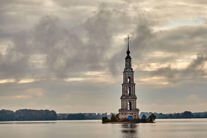 圣尼古拉斯大教堂钟楼在卡利亚津,特维尔州镇地区 免版税库存照片