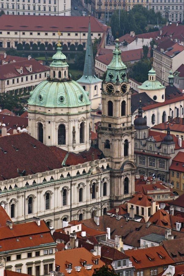 圣尼古拉斯教会和红色屋顶在布拉格 图库摄影