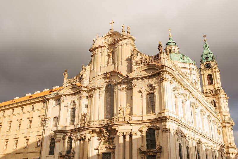 圣尼古拉斯教会在布拉格在多云天气的捷克 结构 图库摄影