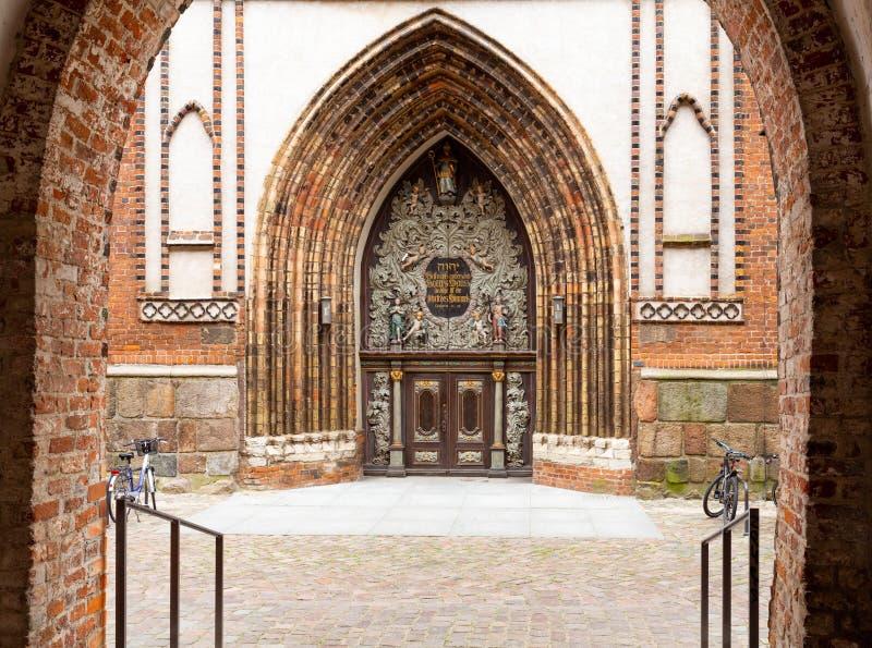 圣尼古拉斯教会的历史的门在RÃ ¼ gen海岛上的施特拉尔松德  ?? 免版税库存图片