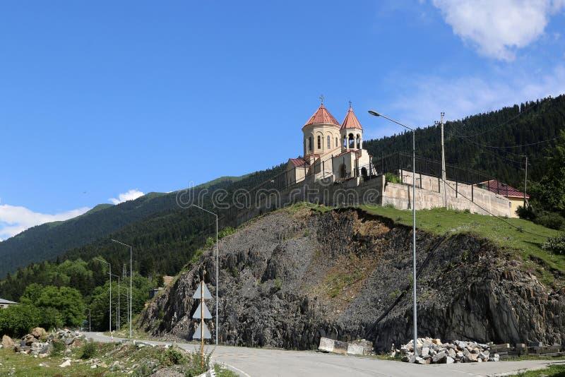 圣尼古拉斯教会的看法在Mestia村庄  免版税库存照片