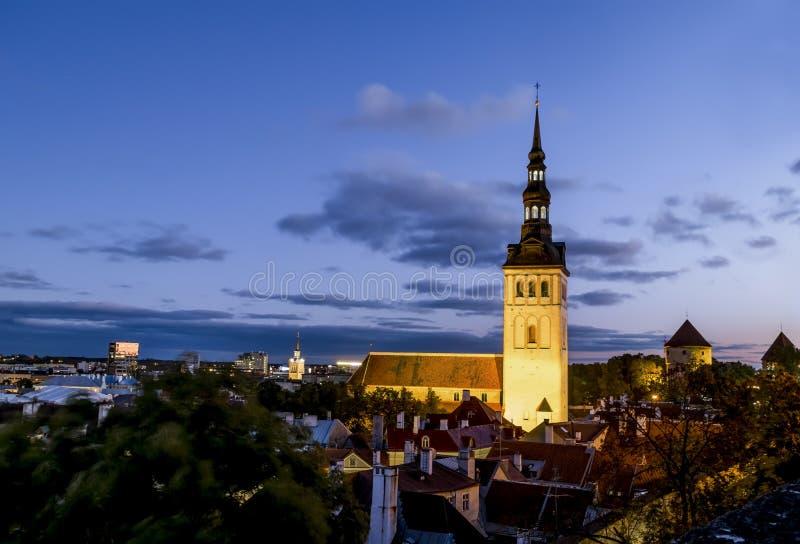圣尼古拉斯教会看法在日落的老塔林 爱沙尼亚 库存图片