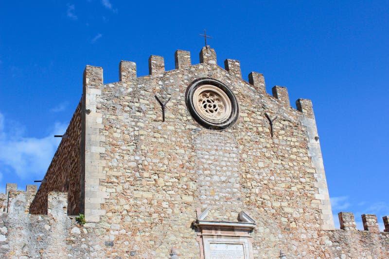 圣尼古拉斯教会门面的细节,也已知当中央寺院二陶尔米纳在与天空蔚蓝的一好日子 西西里人的城市陶尔米纳 库存照片