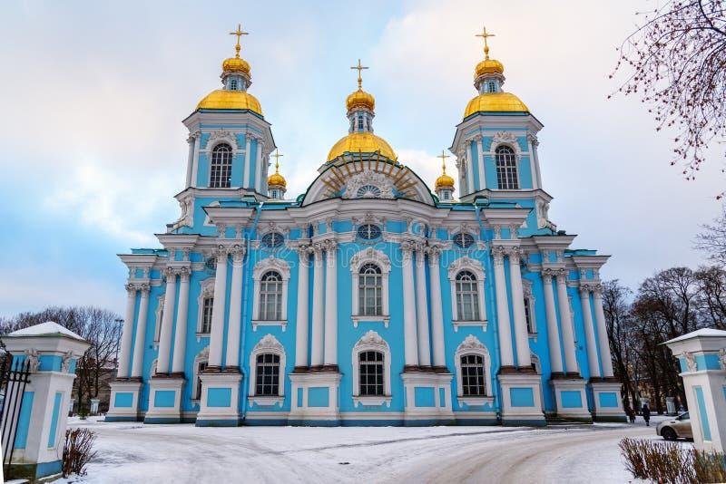 圣尼古拉斯海军大教堂在冬天 桥梁okhtinsky彼得斯堡俄国圣徒 库存图片