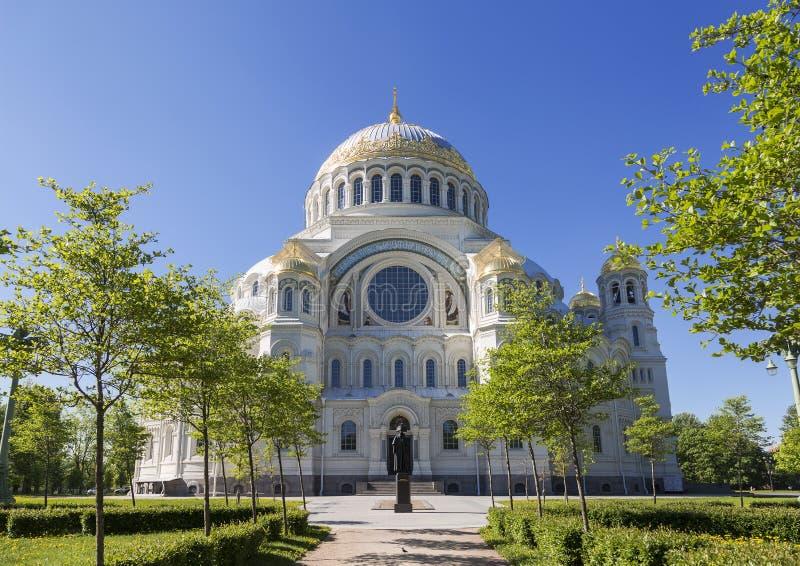 圣尼古拉斯海大教堂有一座纪念碑的对前景的著名俄国海军上将费奥多・乌沙科夫在Kronstadt,圣宠物 免版税库存图片