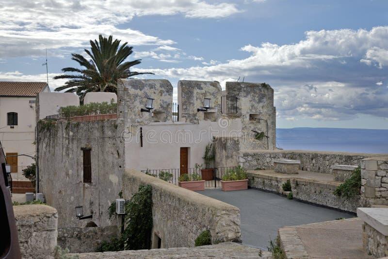 圣尼古拉斯海岛的堡垒的议院和墙壁  免版税图库摄影