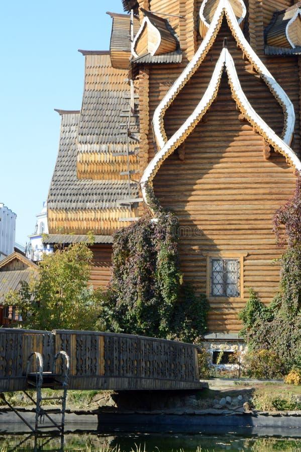 圣尼古拉斯仿照教会样式的Izmailovo克里姆林宫教会在响铃蓝天下 免版税库存图片