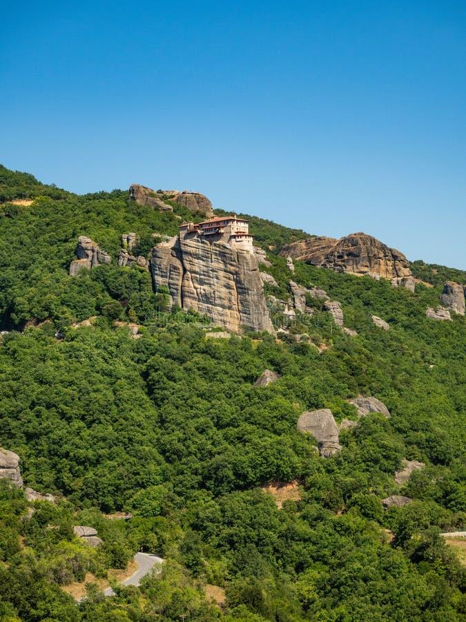 圣尼古拉斯Anapavsas修道院一个陡峭的岩石壁架山位于迈泰奥拉地区,希腊 库存图片