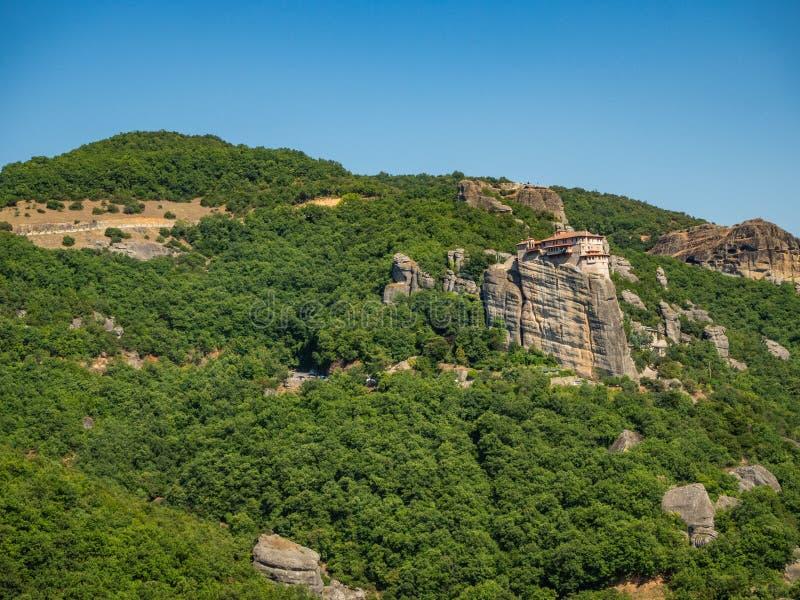 圣尼古拉斯Anapavsas修道院一个陡峭的岩石壁架山位于迈泰奥拉地区,希腊 免版税库存照片