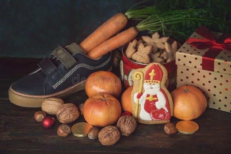 圣尼古拉礼物和曲奇饼 图库摄影