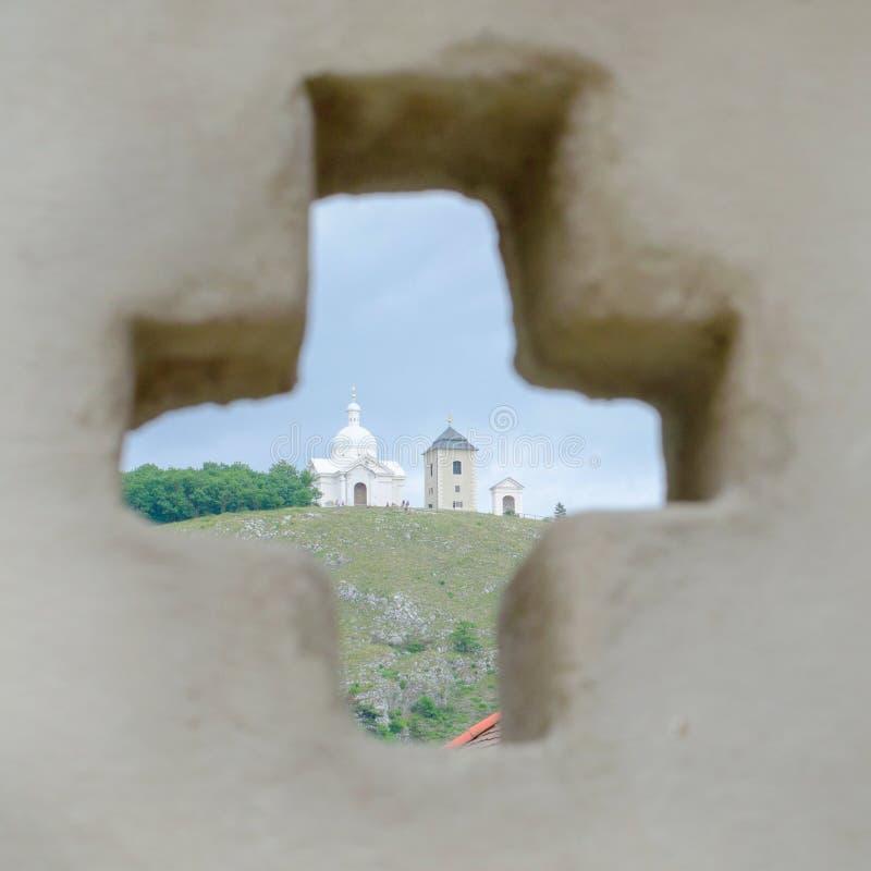 圣巴斯弟盎巴洛克式的教堂圣洁小山的在Mikulov通过在墙壁的孔塑造了作为十字架,捷克 免版税库存图片