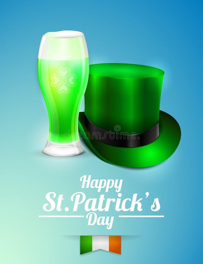 圣帕特里克的天与一杯的贺卡在蓝色背景的啤酒和妖精帽子 免版税库存照片