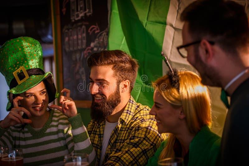 圣帕特里克` s天庆祝-朋友在客栈 免版税库存照片