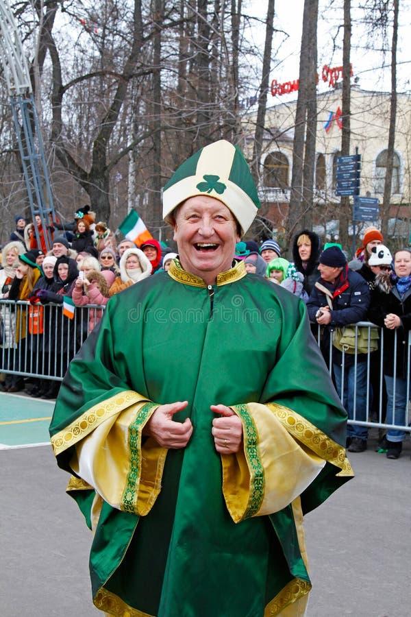 圣帕特里克` s天游行的教士在公园Sokolniki 免版税图库摄影