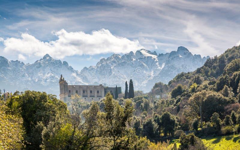 圣弗朗切斯科女修道院和山在Castifao在可西嘉岛 免版税库存照片