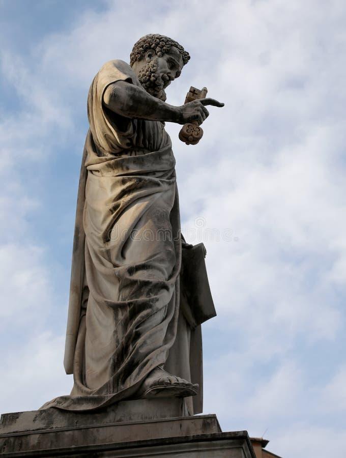 圣彼得古老雕象有钥匙的在预言的手上 免版税库存照片