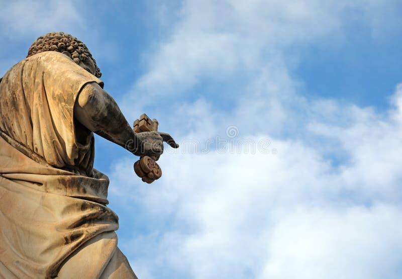 圣彼得古老雕象钥匙的在手上 免版税图库摄影