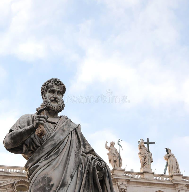 圣彼得和钥匙庄严雕象有一个长的胡子的在的 库存图片