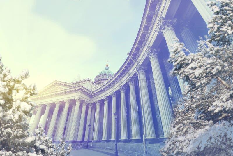圣彼得堡冬天晚上 X-mas、新年、欧洲、爱和旅行概念 免版税图库摄影