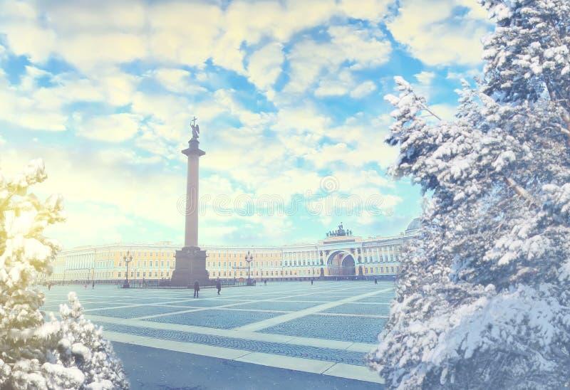 圣彼得堡冬天晚上 X-mas、新年、欧洲、爱和旅行概念 图库摄影