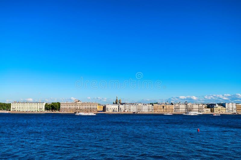 圣彼得堡大厦美丽的景色从河的 图库摄影