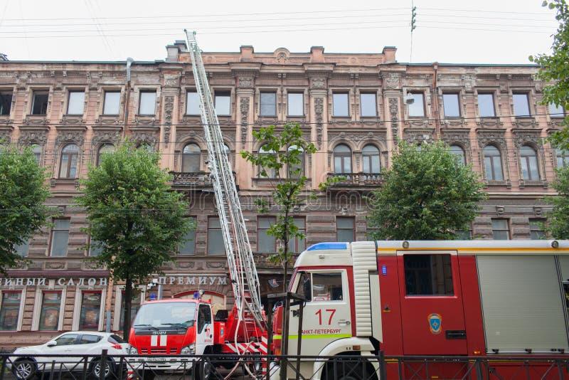 圣彼得堡,俄罗斯,在2017年9月13日的早晨 消防队员熄灭在a屋顶的大火  图库摄影
