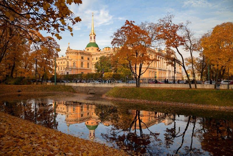 圣彼得堡,俄罗斯-在Mikhailovsky城堡的看法从日落的公园 免版税库存照片