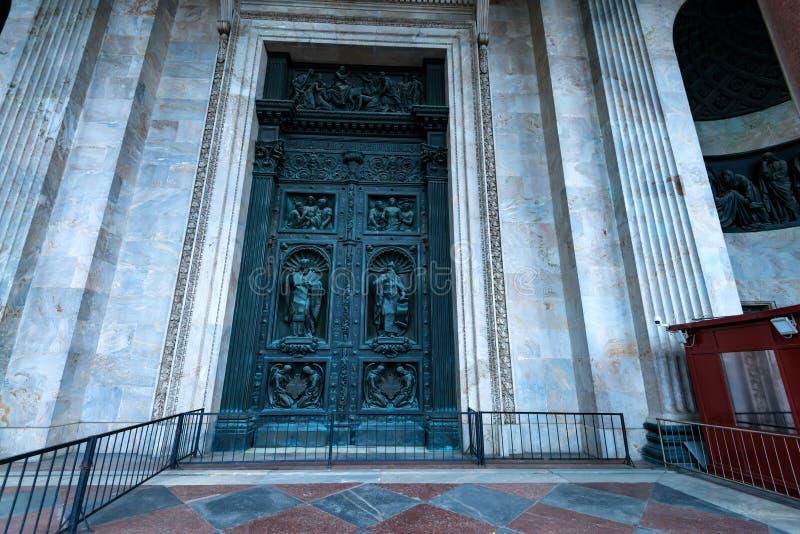 圣彼得堡,俄罗斯- 2015年6月18日:圣徒以撒` s Cathedtral的门在圣彼得堡 免版税库存图片