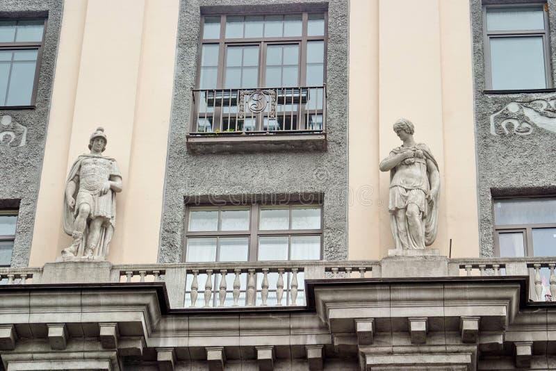 圣彼得堡,俄罗斯- 2017年7月07日:在技术图画男爵A学校的大厦的Sstatues  L stieglitz 库存图片