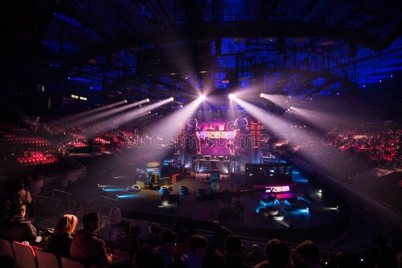 圣彼得堡,俄罗斯- 2017年10月28日:震央CSGO网络体育比赛 主要地点和屏幕有事件`的s 库存照片