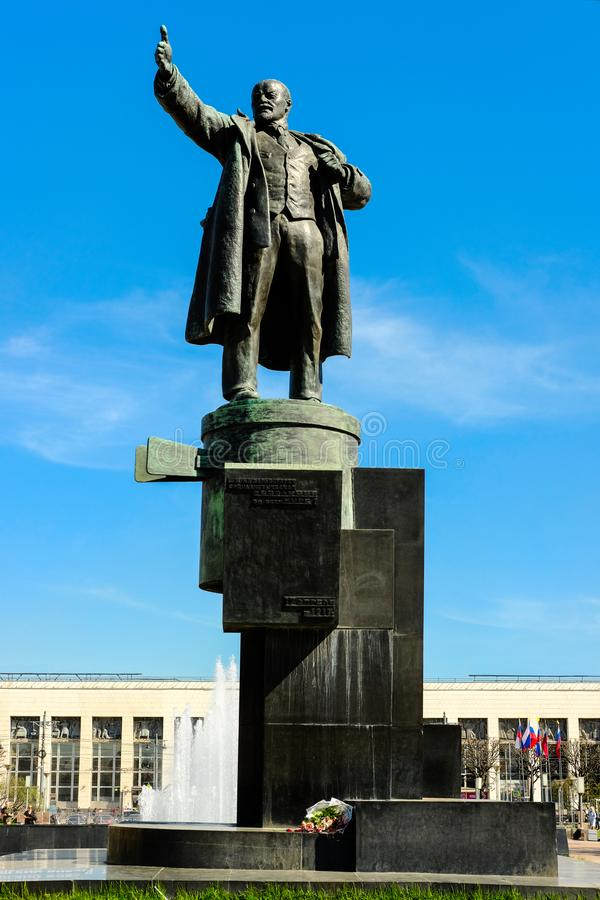 圣彼得堡,俄罗斯- 2018年5月11日-对站立在一辆防弹车的列宁的纪念碑,在芬兰火车站附近, 免版税库存图片