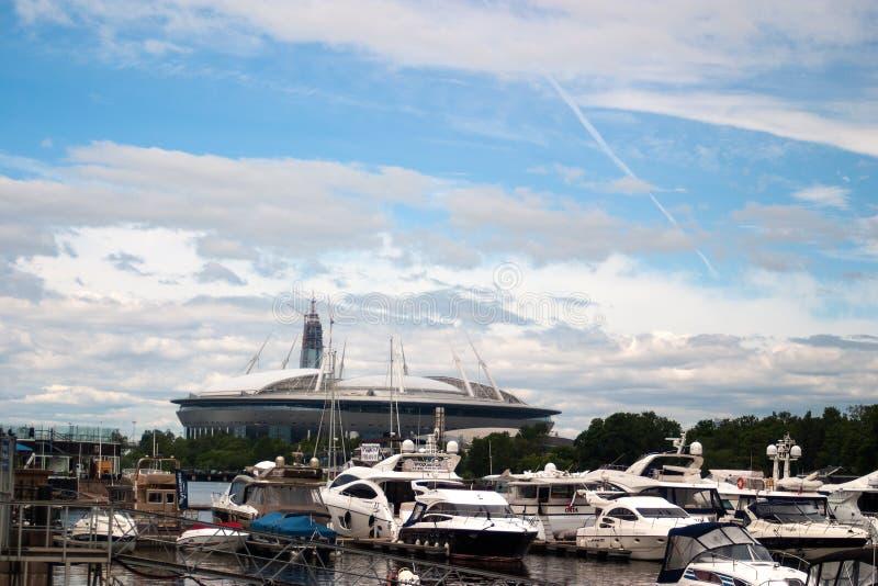 圣彼得堡,俄罗斯- 2017年7月08日:在Krestovsky海岛和摩天大楼Lahta的建筑上的新的橄榄球场 库存照片
