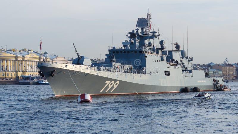 圣彼得堡,俄罗斯- 07/23/2018 :海军游行的准备-大型驱逐舰马卡罗夫海军上将 免版税库存图片