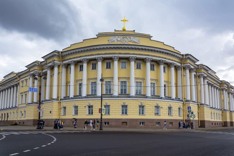圣彼得堡,在英国堤坝的角落建造俄罗斯联邦宪法法院 库存图片