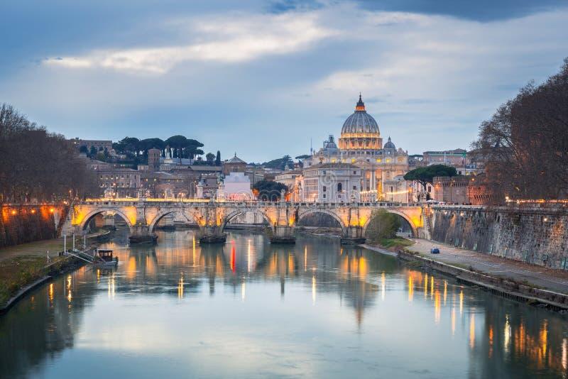 圣彼得大教堂在有圣徒安吉洛桥梁的梵蒂冈在罗马,意大利 库存照片
