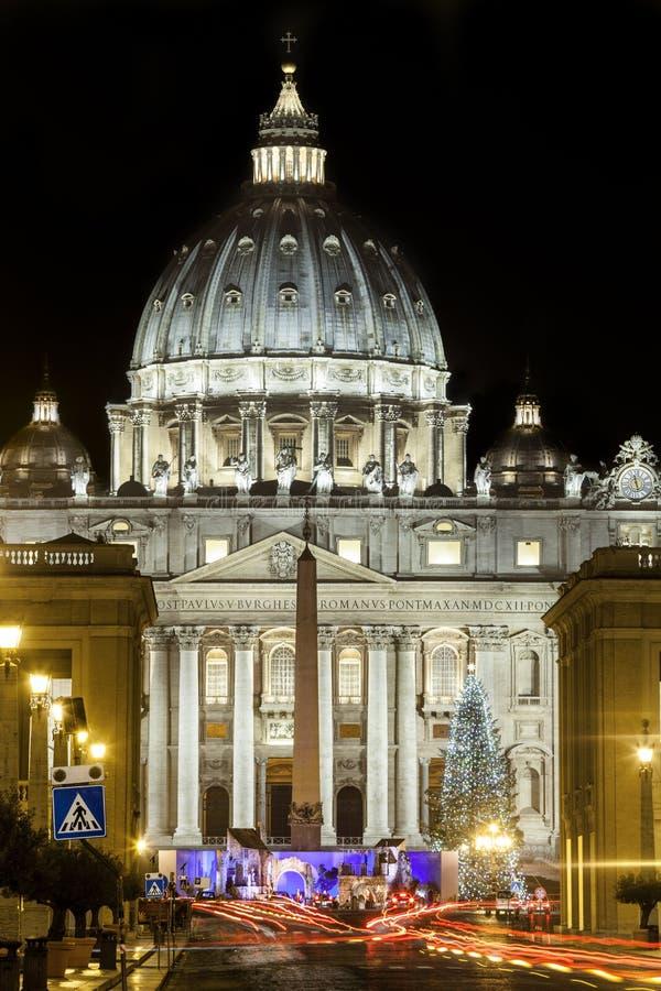 圣彼得大教堂在罗马,有圣诞树的意大利 背景大教堂bernini城市喷泉彼得・罗马s方形st梵蒂冈 库存图片