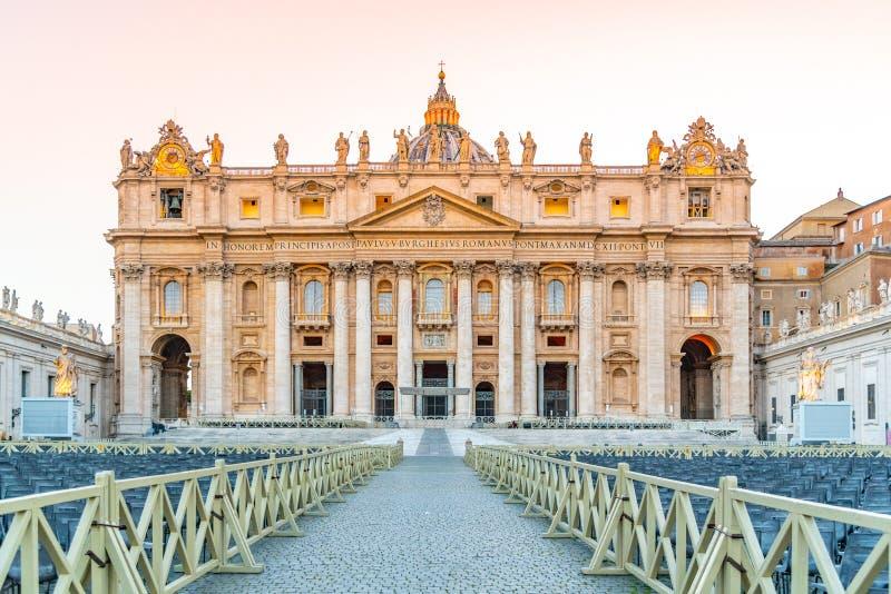 圣彼得大教堂-从圣彼得广场的正门 梵蒂冈 免版税库存图片