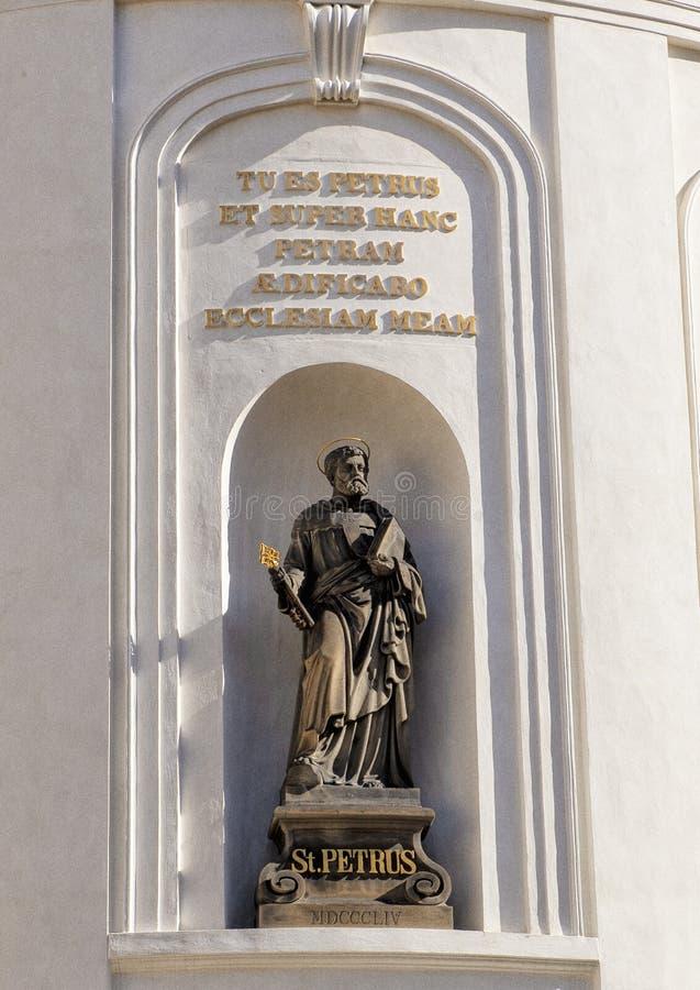 圣彼得雕象,圣十字的教堂在布拉格城堡,捷克的第二个庭院里 免版税库存图片