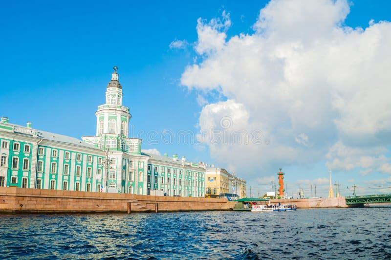 圣彼德堡、俄罗斯- Kunstkamera、动物学博物馆和有船嘴装饰的专栏沿内娃河堤防 库存图片
