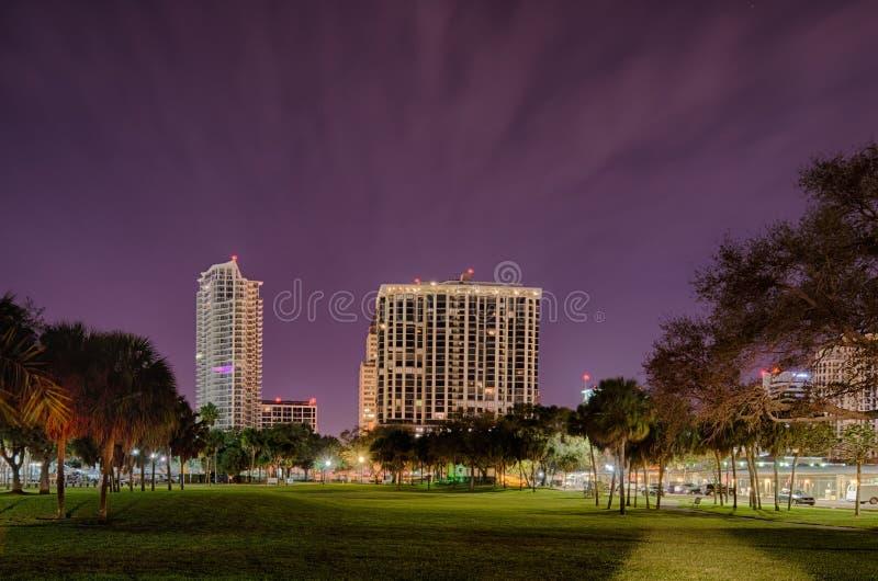 圣彼德堡佛罗里达市地平线和江边在晚上 图库摄影