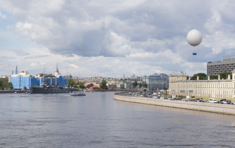 圣彼德堡和内娃河,内娃堤防,在城市的气球,好日子看法  免版税库存照片