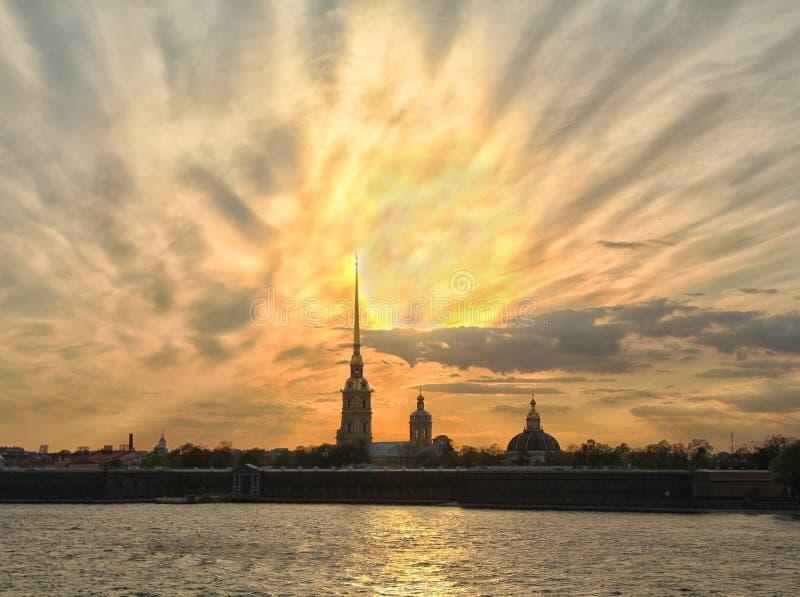 圣彼德堡在日落,彼得和保罗堡垒的河scape经典看法  免版税库存图片
