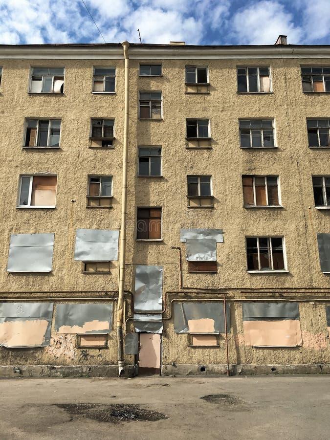 圣彼德堡建筑学 倒空被放弃的落寞老bric 库存图片