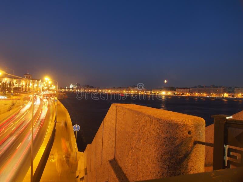 圣彼德堡看法在晚上 内娃河,桥梁,夜照明设备 俄国 库存照片