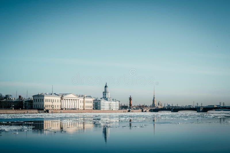 圣彼德堡花岗岩堤防、城市,春天冰漂泊,圣徒全景从涅瓦河都市风景的和建筑学  图库摄影