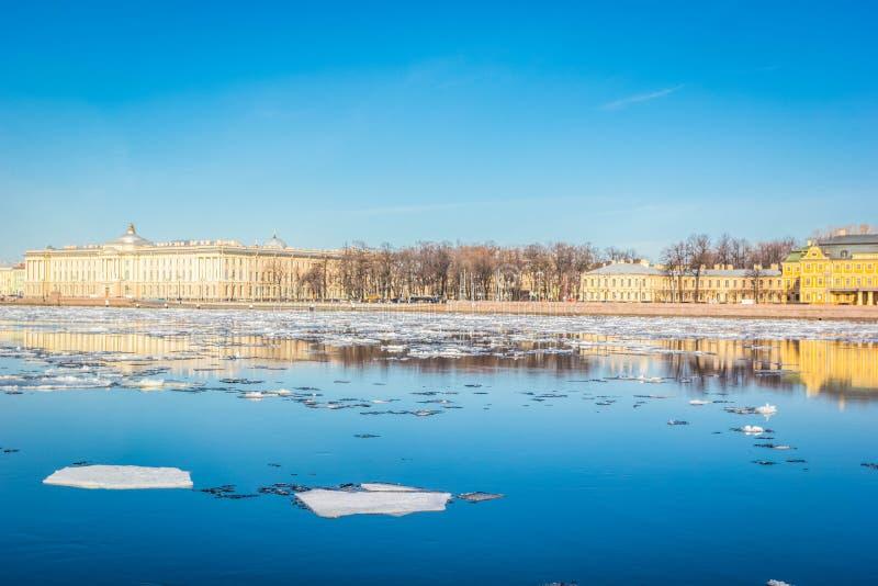圣彼德堡花岗岩堤防、城市,春天冰漂泊,圣徒全景从涅瓦河都市风景的和建筑学  免版税库存图片