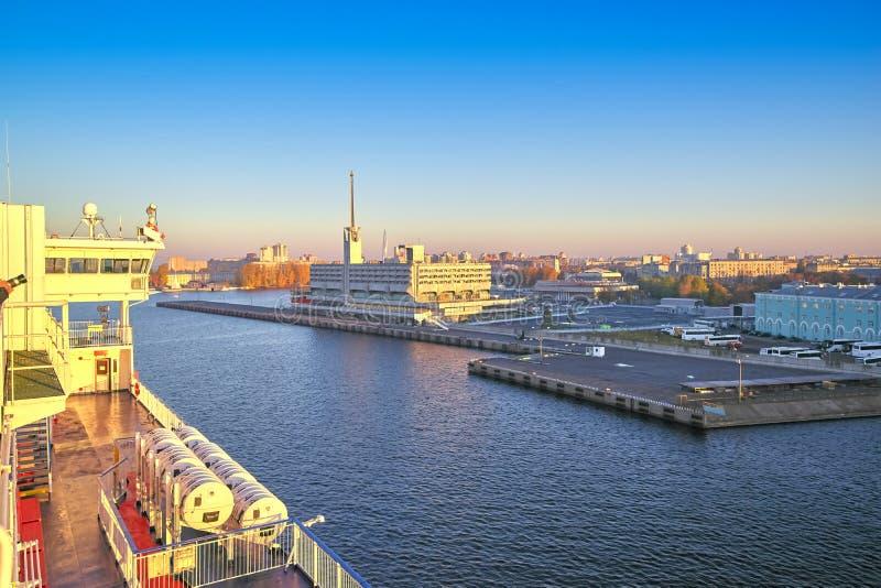圣彼德堡视图的海驻地的大厦从停泊的船,清早的甲板的 库存图片