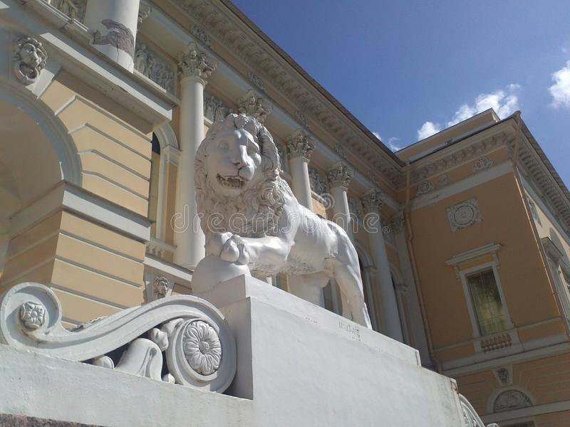圣彼德堡视域 在入口的狮子对状态俄国博物馆的大厦- Mikhailovsky宫殿 免版税库存图片